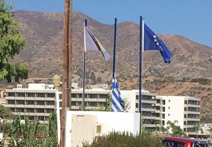 Δήμος Καρπάθου. Μεσίστια η σημαία. Θλίψη για τον Μίκη Θεοδωράκη