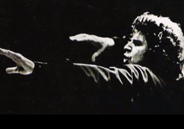 Ο Ψηλός μαέστρος άνοιξε σήμερα τα τεράστια χέρια του και πέταξε να διευθύνει την ορχήστρα του ουρανού.